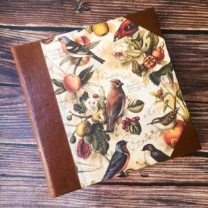 álbum de fotos de gran formato con lomo y esquinas de cuero y papel de pájaros de bomoart. 50 hojas